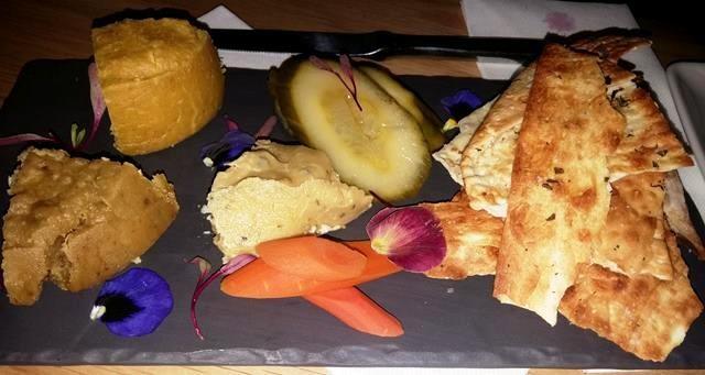 Piatto di formaggi vegetali