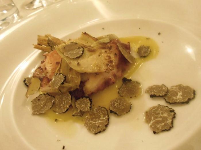 Polpo alla griglia con carciofi e tartufo estivo su patata liquida allo zafferano