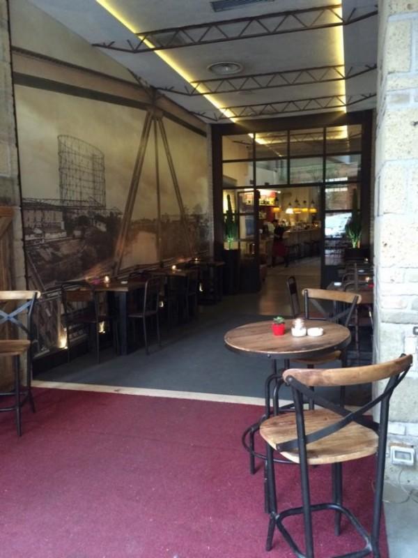Gazometro 38, i tavoli nel corridoio all'ingresso del locale