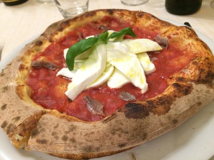 Pizzeria Vecchio Gazebo, La pizza Mediterraneo, con salsa di pomodoro, acciughe, bufala fresca e acciughe