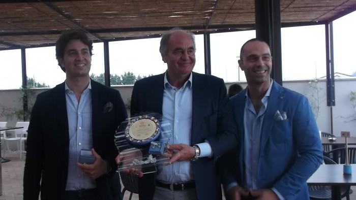 Peppino Pagano col premio ricevuto dal Rotary