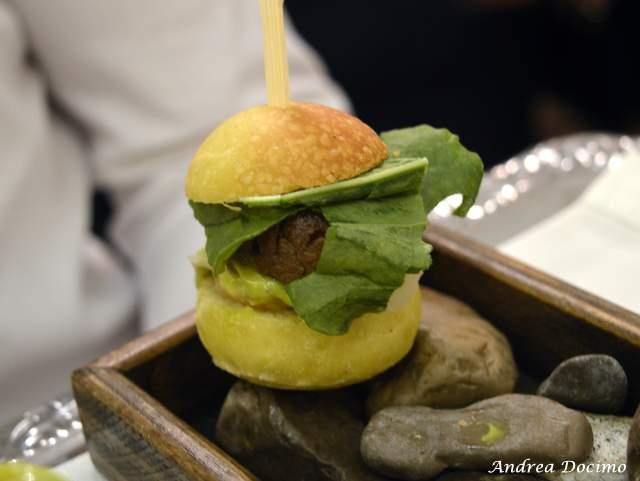 Piazzetta Milu Chef Experience con Sposito. Panino con hamburger di pezzata con insalata, maionese ai peperoncini verdi e zenzero