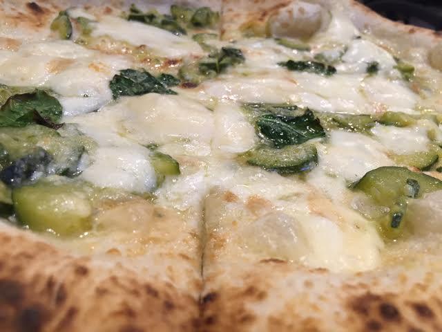Pizza provola, fiori di zucca, zucchine
