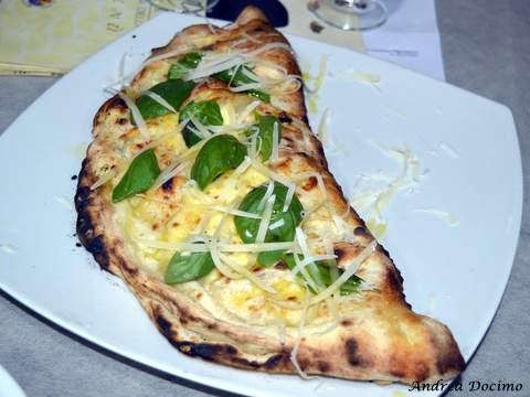 Pizzeria Da Lionello ad Orta di Atella. Il ripieno al forno napoletano