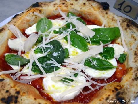 Pizzeria Da Lionello ad Orta di Atella. La pizza dedicata a Marco Lungo
