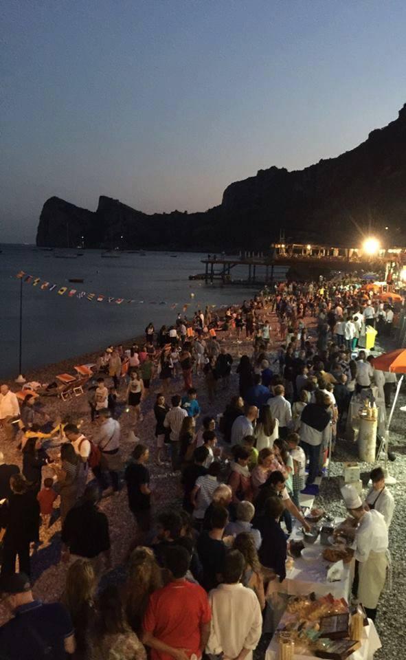 Marina del Cantone, tutti in spiaggia per gli spaghetti alla Nerano