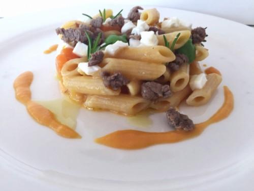Mezze penne rigate con zucca, salsiccia e mozzarella