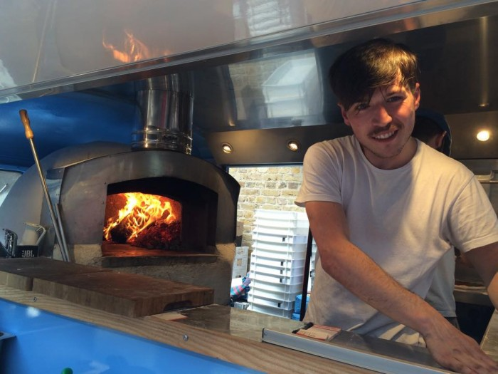 Sud Italia, il pizzaiolo al lavoro
