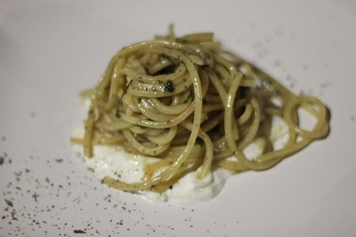 Taverna del Mozzo, gli spaghetti alla colatura di alici di menaica