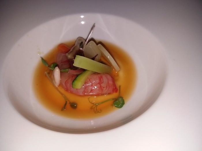 Crudo di gambero rosso, pesce San Pietro e molluschi su crema di Grana Padano e infuso di peperoni. Beck