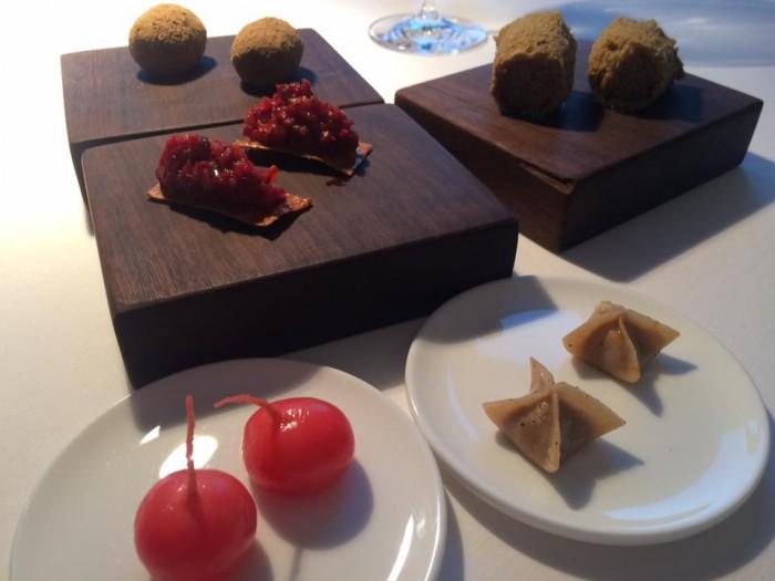 Reale di Niko Romito, aperitivo con spugna di pistacchio, ravanelli sotto aceto, ravioli di ragu, polpettine e crudo