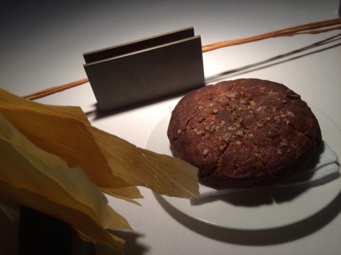 Reale di Niko Romito, pane, grissini e chips di ceci e rosmarino
