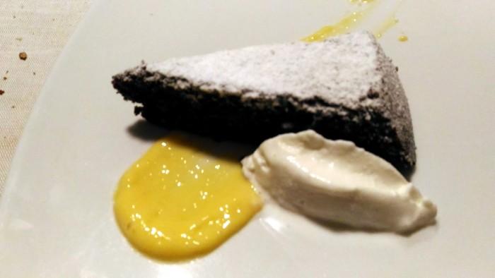 Agriturismo Don  Salvatore, caprese con gelato allo zenzero e coulis di fragole e basilico