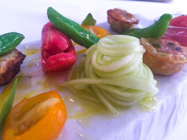 Don Alfonso dal 1890-Geometrie di verdure estive e pomodori in tre consistenze con croccante di olive nere
