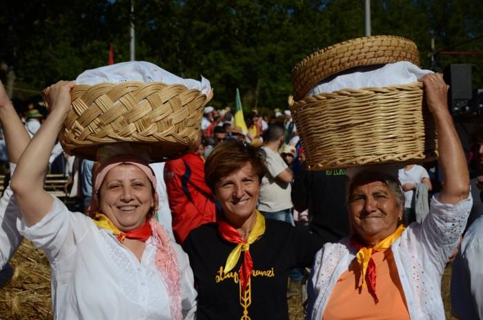 I canestri in vimini portati dalle donne contengono il cosiddetto aglio, una panella ripiena con ortaggi, frittata, caciocavallo e salumi