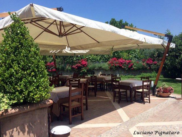 Il Foro dei Baroni a Puglianello. Il giardino esterno con i tavoli