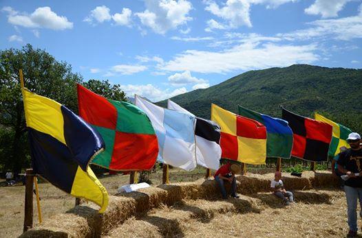 Le bandiere degli otto rioni