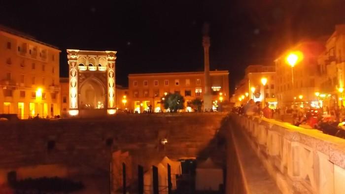 Piazza San Oronzo a Lecce di notte