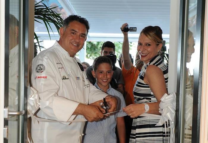 SAL DE RISO, Il taglio del nastro, Salvatore ed Anna con il figlio Antonio