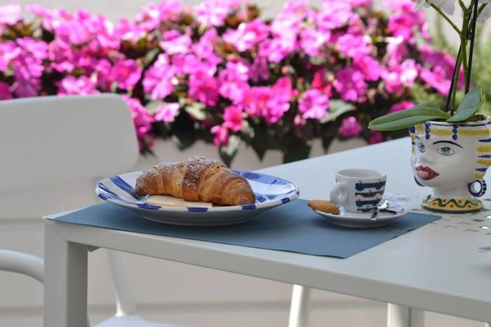 SAL DE RISO La colazione, il cornetto e il caffè Illy