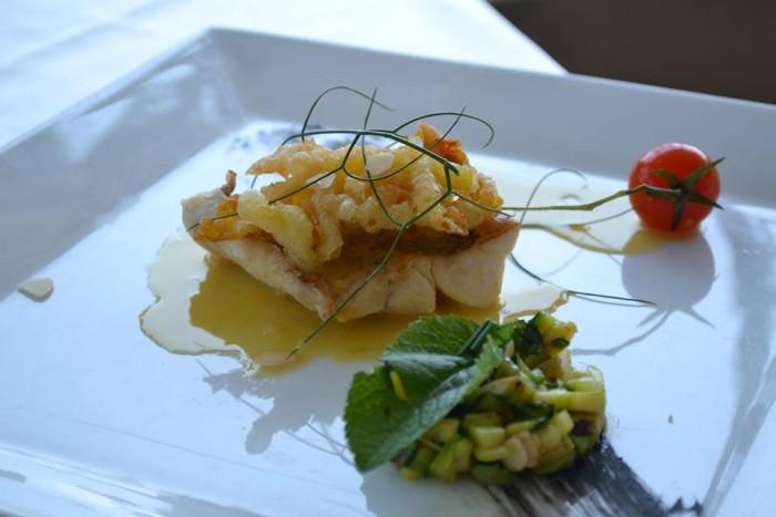 TORRE NORMANNA - Pezzogna agli agrumi e fiori di zucca con insalatina di zucchine e mandorle