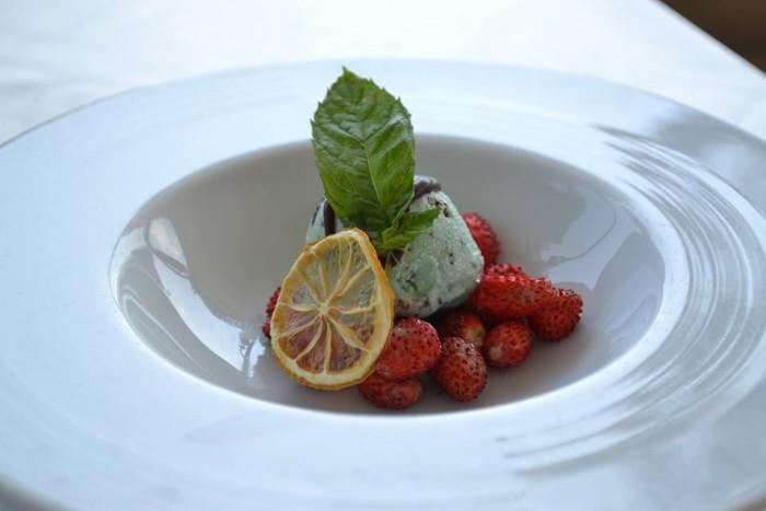 TORRE NORMANNA - Sorbetto menta e cioccolato con fragoline di bosco