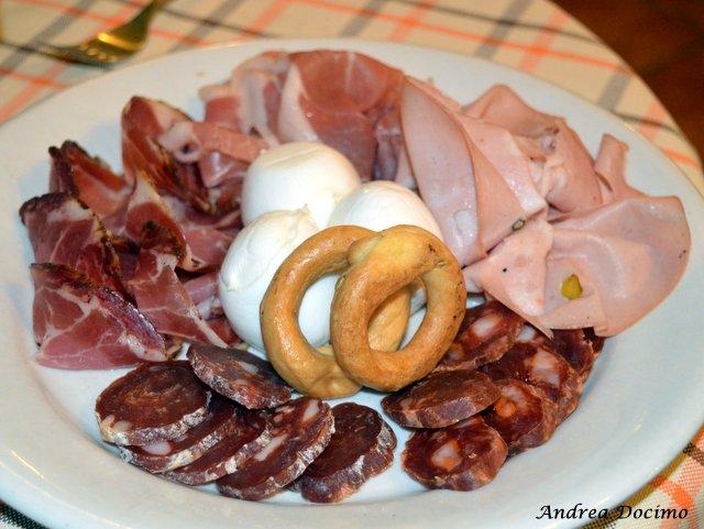 Trattoria Al Mulino di Cristian Torsiello. Tagliere di salumi, mozzarella e taralli