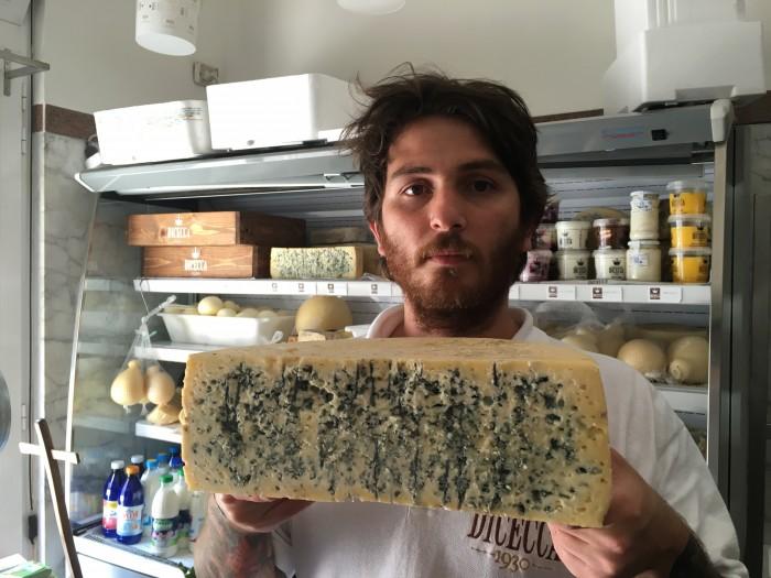 Vito con una mezza pezza di Blu di Murgia