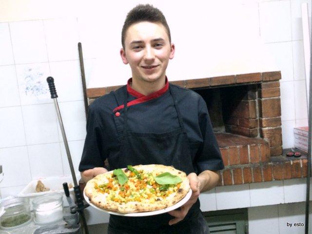 Volodymyr-Pyeshkov il giovane pizzaiolo di origine ucraina