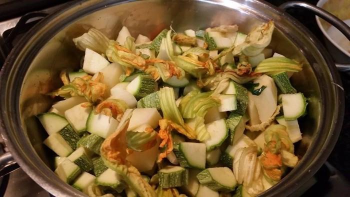 Unire patate, fiori di zucca e zucchine