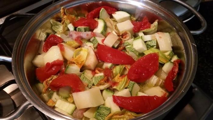 Unire i filetti di pomodori