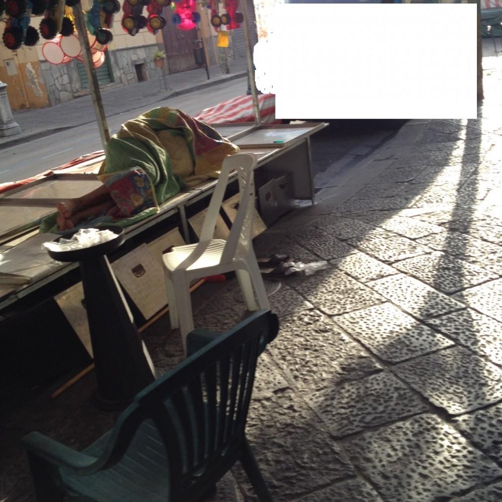 Ambulante dorme su banco dolci