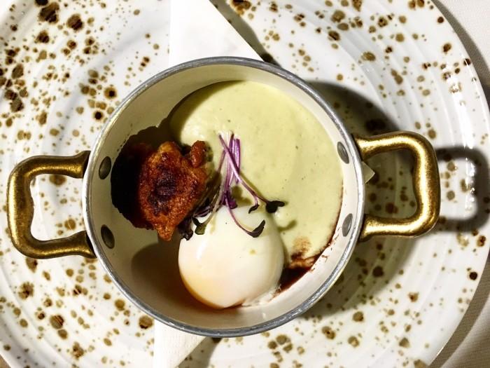 Borgo Valle Rita,  l'uovo a bassa temperatura con spuma di patate al basilico e alette di pollo croccanti, accompagnate da chips di buccia di patate