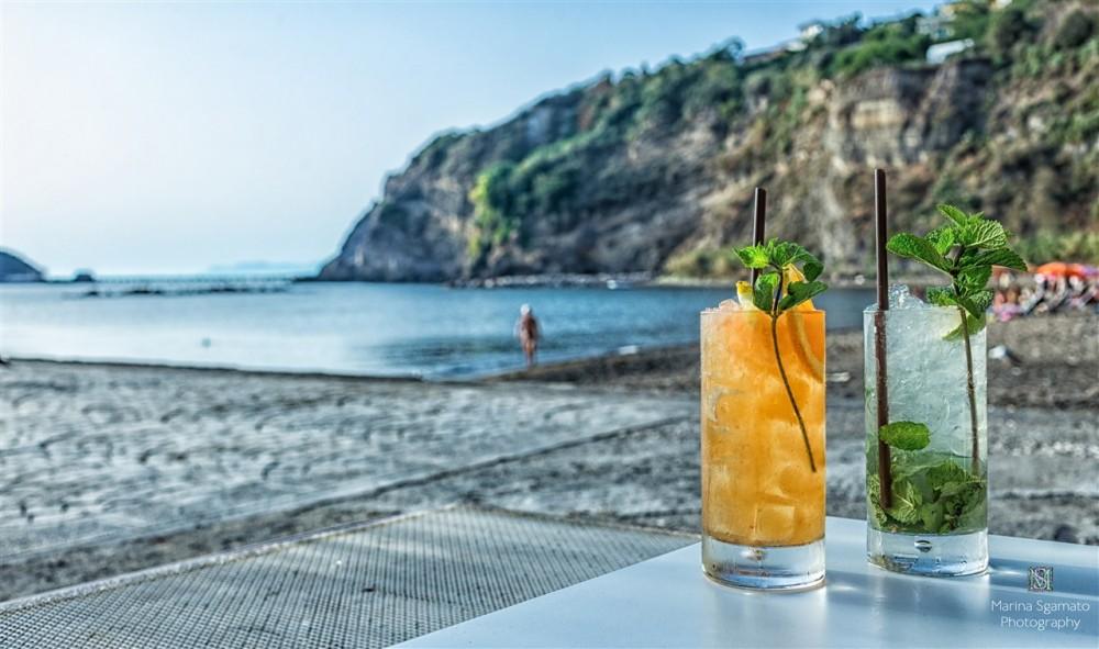 La Playa tapas bar, La brezza spira dal mare e porta refrigerio lì dove sono seduta a sorseggiare un mojito