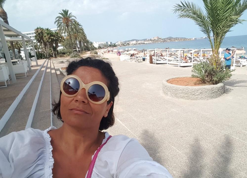 Paola Riccio sul lungomare di Ibiza