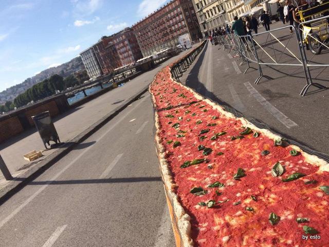Pizza Guinnes sul lungomare di Napoli