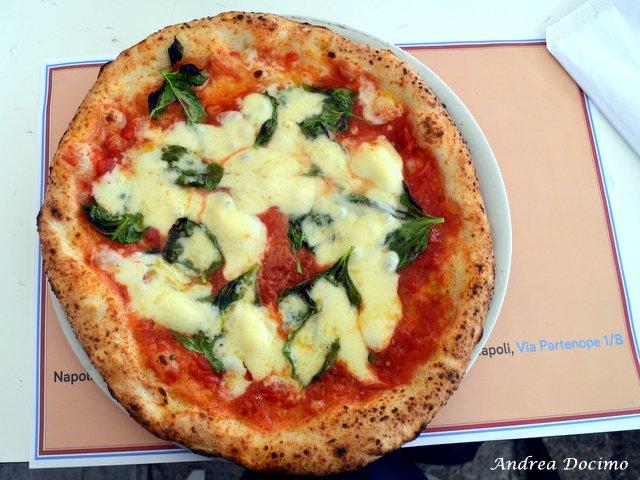 Pizzerie sul lungomare. Eccellenze Campane di Guglielmo Vuolo. La margherita