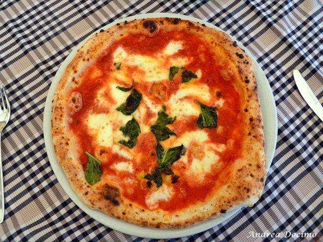 Pizzerie sul lungomare. I Re di Napoli. La margherita