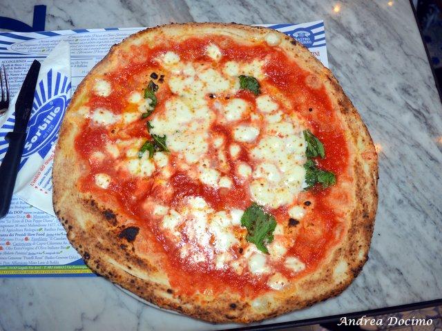Pizzerie sul lungomare. Lievito Madre di Gino Sorbillo. La margherita