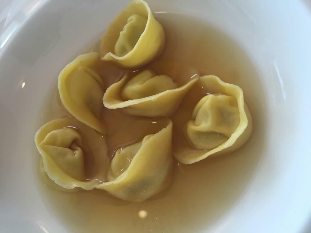 Tassa, tortelli di latte in brodo di di limone Amalfi pepe di Malabar vitro citronella e liquirizia