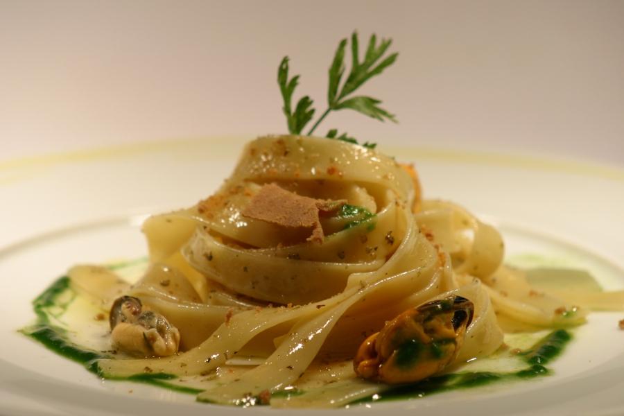 Nastri di pasta con cozze, bottarga di tonno e maggiorana