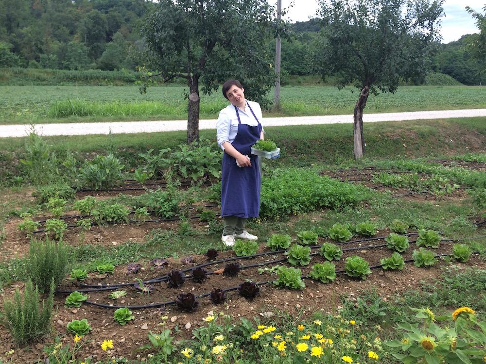 Antonia Klugmann de L'Argine a Venco' nel suo orto