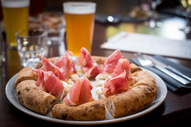 Berbere', Pizza prosciutto crudo san daniele, burrata, olio all'arancia, fior di latte