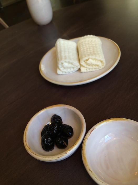 Bross  Lecce, salviette umide e tiepide e olive come entree