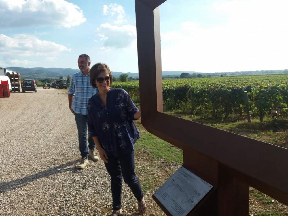 Cinzia Merli ed il fratello vicino alla Cornice posta davanti alla azienda