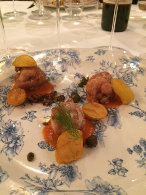Coniglio croccante su salsa di pomodoro e patate