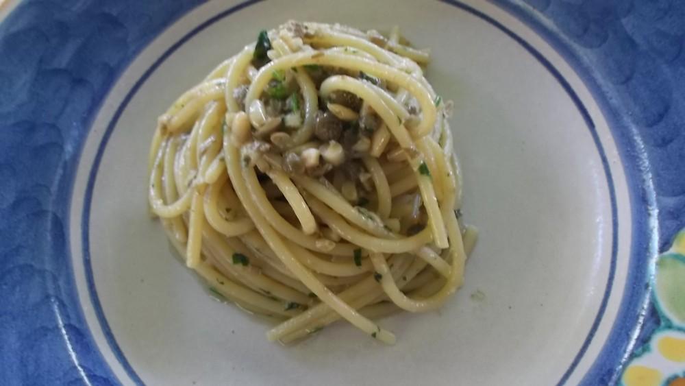 Giacaranda, Spaghettoni con pate di alici, capperi e pinoli