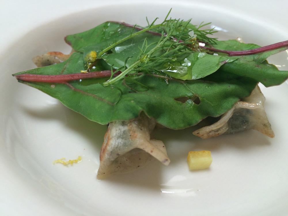 L'Argine a Venco' - Agnolini di grano saraceno con camomilla e centrifuga di porro crudo, composta di fichi alle erbe, polpa di limone e buccia salata