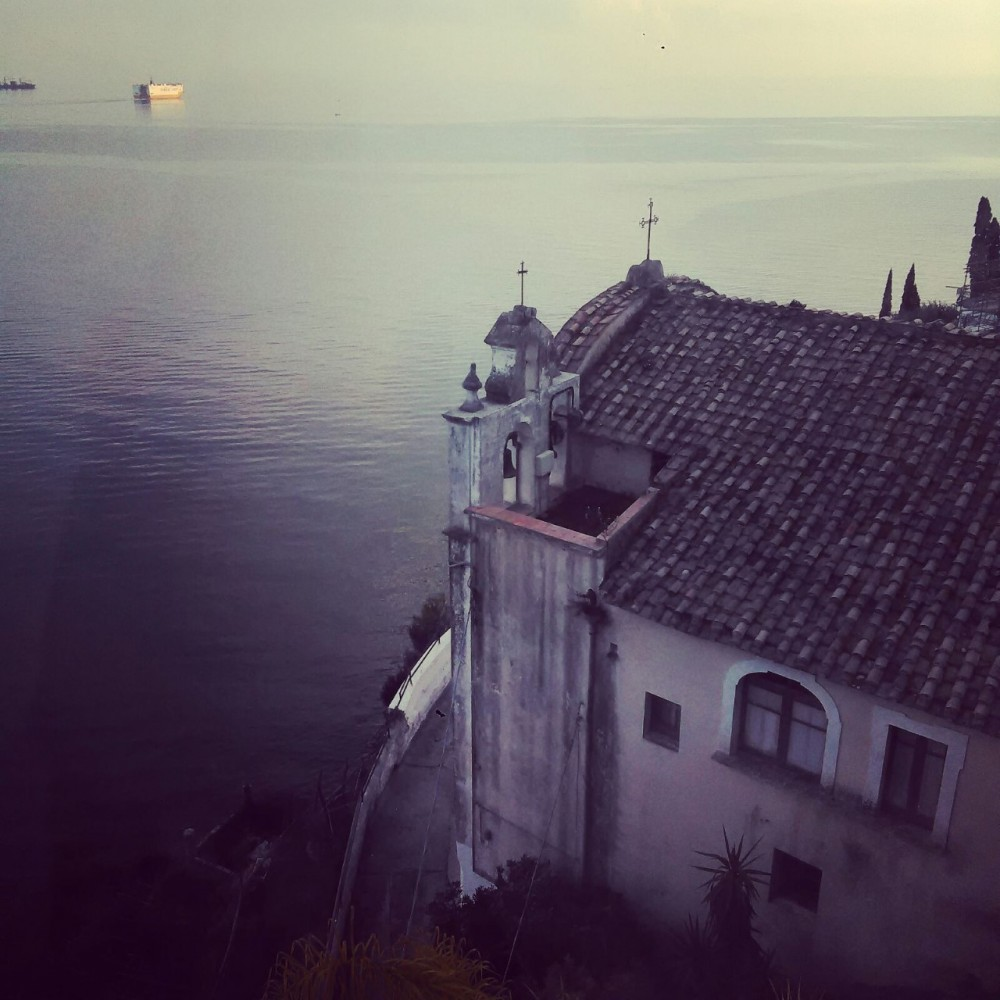 La voce del mare, chiesetta sottostante