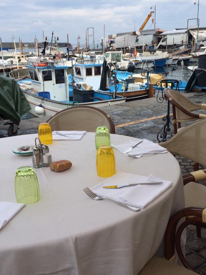 Lo Zodiaco, scorcio del porto dai tavoli